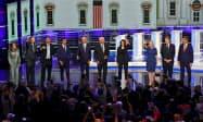 討論会にのぞむ米民主党大統領候補者ら(27日、米南部フロリダ州マイアミ)=AP