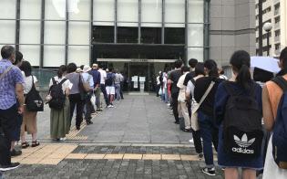 大阪市立中央図書館の入り口には開館前から学生らの長蛇の列ができた(28日、同市)