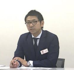 記者会見するリビン・テクノロジーズの川合大無社長(28日、東証)