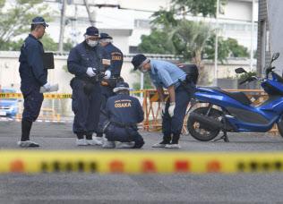 G20会場付近で発煙騒ぎ、発煙物が置かれた現場付近を調べる捜査員ら(28日午後、大阪市住之江区)