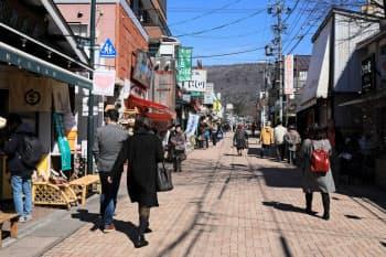 観光需要の高まりなどで軽井沢の最高路線価が上昇した(旧軽井沢銀座通り付近)