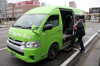 最大9人の客が乗れるワゴン車で運行する(加越能バスの新路線の車両、高岡駅前)