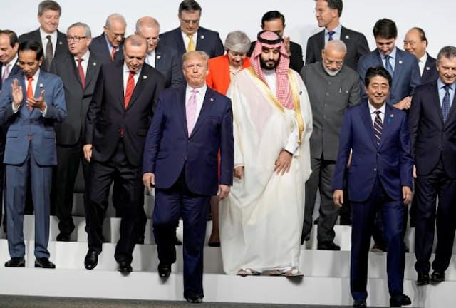 G20サミットで記念撮影を終えた各国首脳(6月28日、大阪市)=ロイター