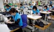 対米輸出が好調なベトナムの縫製業(3月、ハノイ)=ロイター