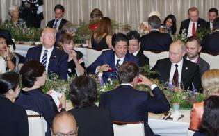 夕食会で乾杯する各国の首脳ら(28日、大阪市)
