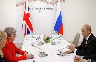 28日、メイ英首相(左)はプーチン大統領に固い表情を崩さなかった(大阪市)=ロイター