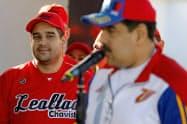 ベネズエラのマドゥロ氏大統領(右)を見つめる息子のエルネスト・マドゥロ制憲議会議員(2018年1月)=ロイター