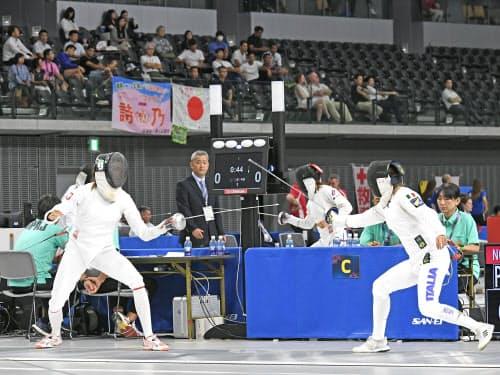 近代五種のフェンシングに臨む選手たち(27日、東京都調布市)