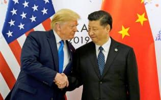 握手をかわすトランプ米大統領(左)と中国の習近平国家主席(29日、大阪市)=ロイター