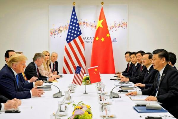 首脳会談に臨むトランプ米大統領と中国の習近平国家主席(29日、大阪市)=ロイター