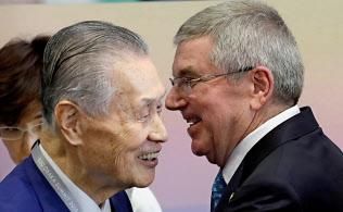 森氏とバッハIOC会長(29日、大阪市)=ロイター
