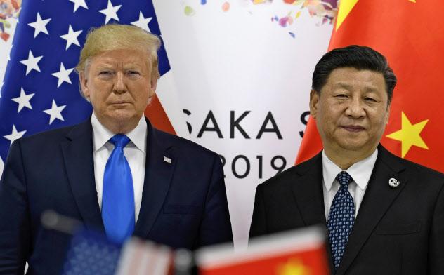 記念撮影に応じるトランプ米大統領(左)と中国の習近平(シー・ジンピン)国家主席(29日、大阪市)=AP
