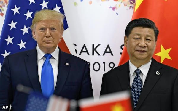 記念撮影に応じるトランプ米大統領(左)と中国の習近平国家主席(大阪市)=AP