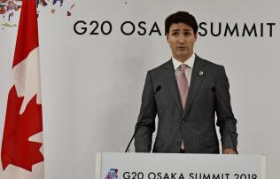 記者会見に臨むカナダのトルドー首相(29日、大阪市)
