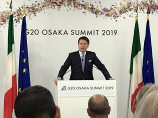 記者会見するイタリアのコンテ首相(29日、大阪市)