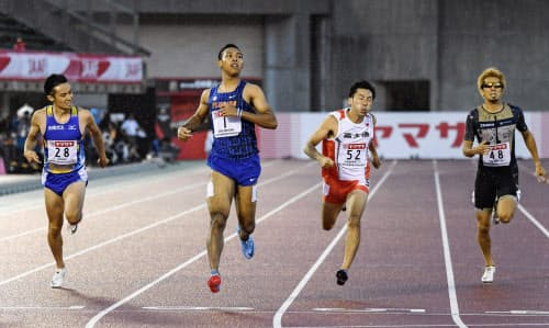 男子200メートル予選 20秒84の3組1着で決勝に進んだサニブラウン・ハキーム=左から2人目(29日、博多の森陸上競技場)=共同
