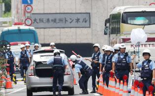 G20大阪サミット会場がある人工島、咲洲へ向かうトンネル手前で検問にあたる警察官(29日、大阪市港区)