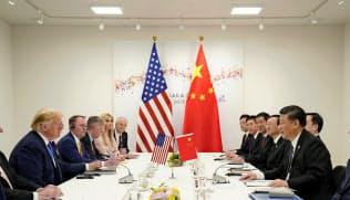 首脳会談に臨むトランプ大統領と中国の習近平国家主席(29日、大阪市)=ロイター