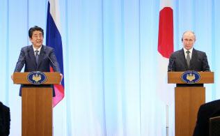 共同記者発表をする安倍首相(左)とロシアのプーチン大統領(29日、大阪市中央区)=代表撮影