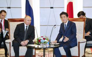 首脳会談に臨むロシアのプーチン大統領と安倍首相(29日午後、大阪市中央区)