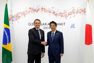 ブラジルのボルソナロ大統領(左)と安倍晋三首相(29日、大阪)=ロイター