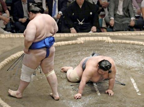 先場所、再出場の一番で貴景勝(右)は碧山にはたき込みで敗れた=共同