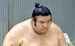 名古屋市内の千賀ノ浦部屋宿舎ですり足をする貴景勝。まだ22歳、しっかりと鍛え直せばいい=共同