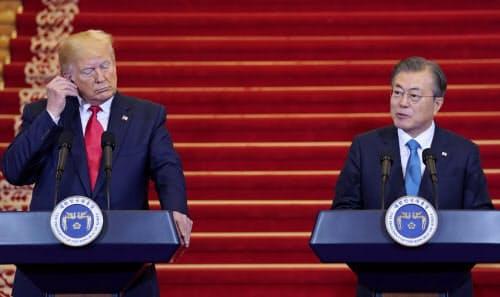 30日、ソウルの青瓦台で記者会見するトランプ米大統領(左)と文大統領=ロイター