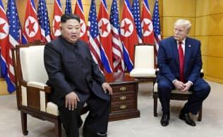 板門店の韓国側施設で会談する北朝鮮の金正恩委員長(左)とトランプ米大統領(30日)=AP