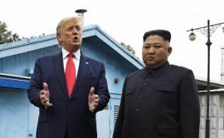 30日午後、南北の軍事境界線を越え金正恩氏(右)と面会したトランプ氏=AP