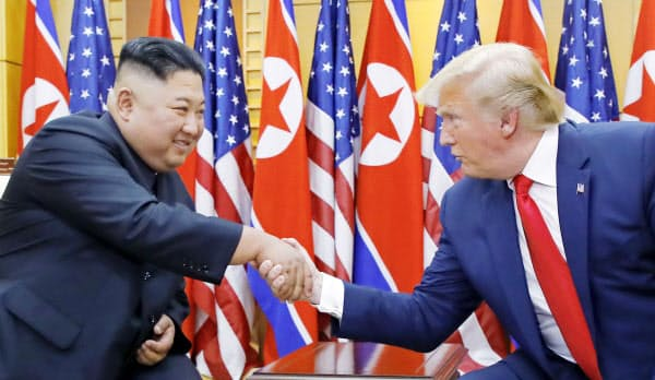 板門店の韓国側施設で握手する北朝鮮の金正恩朝鮮労働党委員長(左)とトランプ米大統領(30日)=聯合・共同