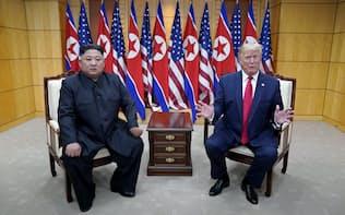 板門店で会談するトランプ米大統領(右)と北朝鮮の金正恩委員長=ロイター