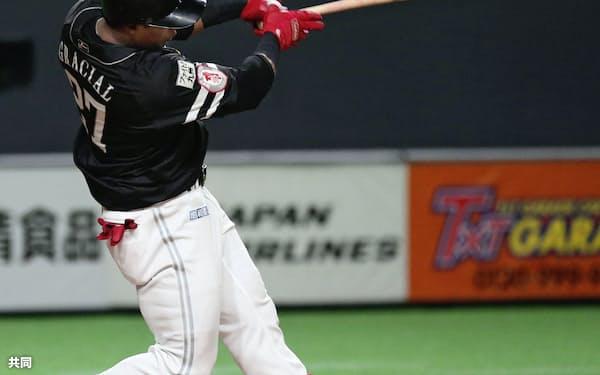 8回ソフトバンク無死一塁、グラシアルが左翼線に同点二塁打を放つ(30日、札幌ドーム)=共同