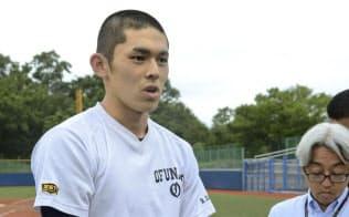 練習試合を終え、取材に応じる大船渡の佐々木(30日、秋田県内)=共同