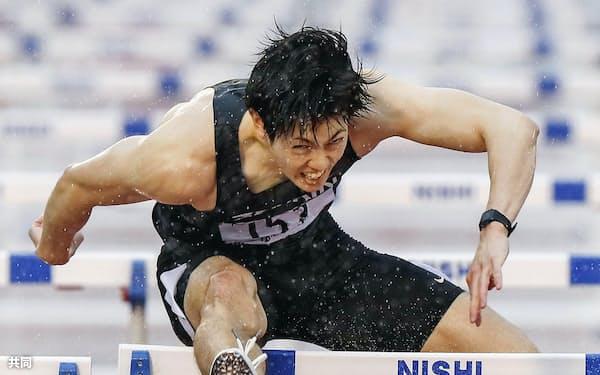 男子110メートル障害決勝 13秒36の日本タイ記録で優勝した高山峻野(30日、博多の森陸上競技場)=共同