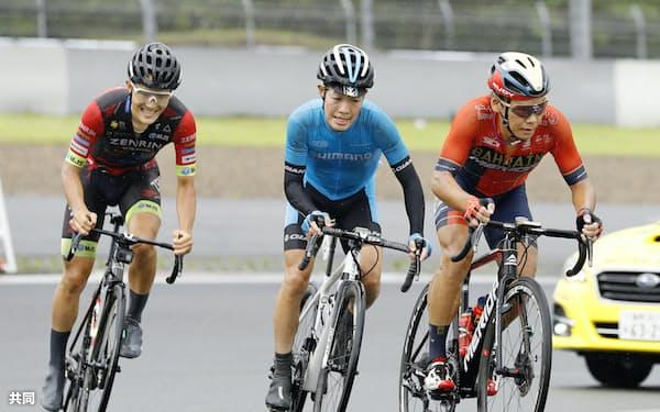 男子ロードレースの終盤に力走する(左から)3位の横塚浩平、優勝した入部正太朗、2位の新城幸也(30日、富士スピードウェイ)=共同