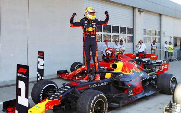 F1のオーストリアGPで優勝し、喜ぶレッドブル・ホンダのマックス・フェルスタッペン(30日、シュピールベルク)=ロイター
