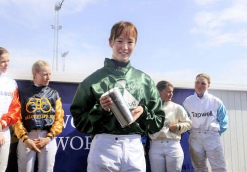 総合優勝を果たし、笑顔の藤田菜七子騎手(30日、スウェーデンのブローパーク競馬場)=共同