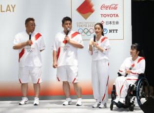 東京五輪聖火リレーのユニホームを披露する東京2020聖火リレー公式アンバサダーの石原さとみさん(右から2人目)ら(6月1日午後、東京都港区)
