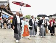 祇園祭の安全を祈る「お千度の儀」で八坂神社を参拝する稚児ら(1日午前、京都市)