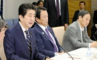 経済財政諮問会議であいさつする安倍首相(5月14日、首相官邸)=共同