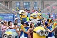 ユニバーサル・スタジオ・ジャパンで開かれた夏のイベント「エクストラ・クール・サマー」の開幕セレモニー(1日午前、大阪市此花区)