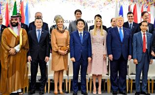 G20で行われた女性活躍推進のイベントで集合写真に納まるイバンカ米大統領補佐官(前列右から3番目)