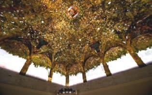 桑の枝葉が覆う「アッセの間」の天井画(DANIELE MASCOLO撮影、スフォルツェスコ城博物館提供)
