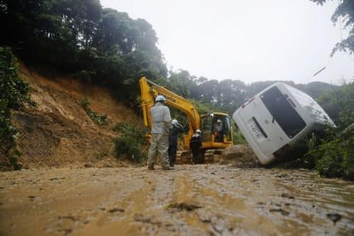 大雨の影響で、鹿児島県日置市で起きた土砂崩れ(1日午後2時16分)=共同