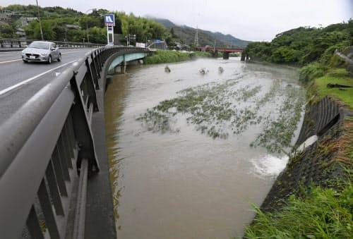 大雨で増水した、鹿児島県いちき串木野市の五反田川(1日午後3時40分)