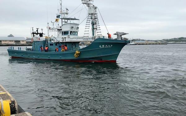 31年ぶりに商業捕鯨が再開され釧路港から捕鯨船が出港した(1日午前、北海道釧路市)