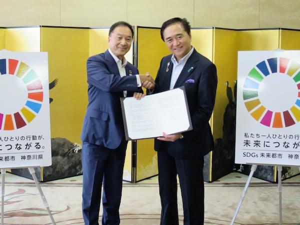 小田急電鉄の星野社長(左)と協定を締結した神奈川県の黒岩知事(1日、神奈川県庁)