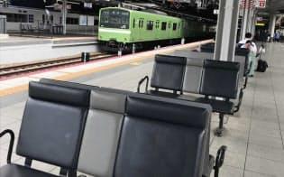 JR西日本は酔客対策として新大阪駅を手始めにベンチの向きをホームに垂直に変えた