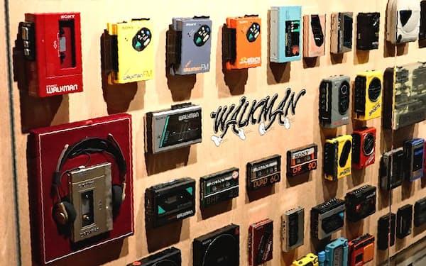 誕生から40年を迎えたソニーの携帯音楽プレーヤー「ウォークマン」(1日、東京・中央)